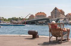 Hvis man som jeg kommer meget i den indre by og omkring Nyhavn, så kan man ikke undgå at bemærke den nye bro der er ved at blive bygget, og som skal binde Nyhavn sammen med Christianshavn. Broen er en ud af 3 nye cykel og gangbroer der bliver bygget for at lette trafikken imellem Christianshavn (Amager) og den indre by.. #Broer #Nyhavnsbroen #Inderhavnsbroen