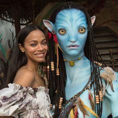 Zoe Saldana dons trendy cold-shoulder dress in Disneys Animal Kingdom Avatar Pandora Walt Disney World, Disney World Resorts, Keanu Matrix, Avatar James Cameron, Avatar Costumes, Avatar Poster, Avatar World, Avatar Land, Animal Kingdom