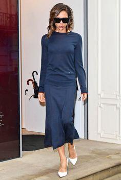 Victoria Beckham Kicks Off London Fashion Week with in Monochromatic Navy Work Fashion, Modest Fashion, Fashion Outfits, Womens Fashion, Fashion Design, Navy Outfits, Mode Victoria Beckham, Victoria Beckham Outfits, Vic Beckham