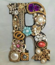 Vintage Jewelry Repurposed wooden letters that are painted black and then covered with vintage, repurposed jewelry: - Wooden Letters, Monogram Letters, Monogram Initials, Vintage Jewelry Crafts, Jewelry Art, Fashion Jewelry, Jewellery Uk, Jewelry Shop, Gold Jewelry