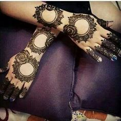 Round Flower Mehndi Design For Eid Ul Adha Mehndi henna designs are always searchable by Pakistani women and girls. Women, girls and also kids apply henna on their hands, feet and also on neck to look more gorgeous and traditional. Mehandhi Designs, Rose Mehndi Designs, Mehndi Designs 2018, Modern Mehndi Designs, Mehndi Designs For Girls, Mehndi Designs For Beginners, Wedding Mehndi Designs, Henna Designs Easy, Dulhan Mehndi Designs