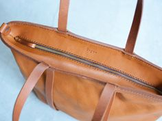 jp Sewing Leather, Leather Craft, Leather Wallet, Leather Bags Handmade, Handmade Bags, Diy Bags Patterns, Leather Bag Design, Leather Projects, Leather Accessories