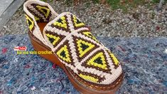 SANDALIA MODELO TRIANGULAR EN WAYU Crochet Shoes Pattern, Crochet Socks, Shoe Pattern, Crochet Sandals, Baby Boots, Tapestry Crochet, Crochet Videos, Crochet Designs, Sock Shoes