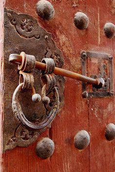 Door latch in Jincheng, Shanxi, China (photo by Ian Riley) Cool Doors, Unique Doors, Door Knobs And Knockers, Old Keys, Door Detail, Vintage Doors, Door Accessories, Door Furniture, Door Locks