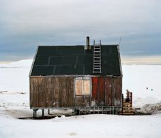 Shed Plans Against House Into The Wild, Small Buildings, Cabins And Cottages, Cabin Design, Am Meer, Cabins In The Woods, Little Houses, Abandoned Places, Architecture