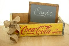 Vintage Coca Cola Crate Rustic Wedding Set and with garland around it for Christmas! Coca Cola Wedding, Coke Crate Ideas, Wedding Expo Booth, Plastic Milk Crates, Wedding Crates, Old Wooden Crates, Crate Decor, Diy Dog Crate, Vintage Coke