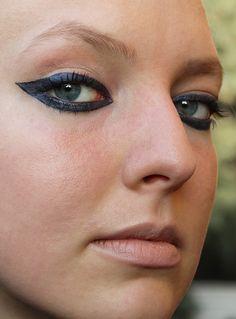 Damit neben eurem Kostüm auch euer Make-Up zu Halloween Aufmerksamkeit erregen, zeige ich euch heute eine XXL Version der gewohnten Cateyes. #cateyes #smokeseyes #eyes #blue #makeup #cosmetics #lidschatten #lidstrich #schminken #halloween #extravagant #highimpact #cat #glossy #beauty #schön #scary #bunt #color