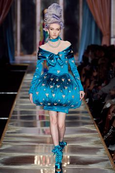 Moschino Fall 2020 Ready-to-Wear Fashion Show - Vogue Moschino, Peter Lindbergh, Pageboy Outfits, Daily Fashion, High Fashion, Street Fashion, Runway Magazine, Milano Fashion Week, Fashion Show Collection