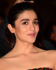 Indian Actress Alia Bhatt Images In Maroon Top Jeans - Actress Album Indian Bollywood Actress, Beautiful Bollywood Actress, Bollywood Actors, Beautiful Indian Actress, Bollywood Celebrities, Indian Actresses, Aalia Bhatt, Alia Bhatt Cute, Jean Top