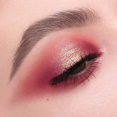 "4,700 Likes, 16 Comments - NABLA Cosmetics (@nablacosmetics) on Instagram: ""Strawberry gold ⭐️️️ We adore this warm smoky-eye with a sparkling spotlight by @greta_ag ✨…"""