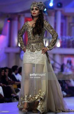 Malli esittelee luomista Pakistanin suunnittelija Rizwan Ahmed ensimmäisenä päivänä Bridal Couture muotiviikoilla Karachissa 5. kesäkuuta 2015. AFP PHOTO / Asif HASSAN