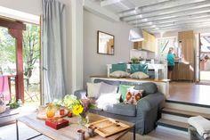 Lofts: ideas para organizar espacios diáfanos. Separados por dos escalones. Sofá* IKEA.