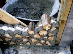 cordwood construction technique Would this do well for a root cellar? Could we make a fence / pergoda out of something like this? Cordwood Homes, Deco Nature, Earth Homes, Natural Building, Cabins And Cottages, Earthship, Wood Construction, House In The Woods, Building Materials