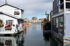 Houseboat alley (for Charlotte) Floating Architecture, Sustainable Architecture, Houseboat Living, Floating House, Tiny House Movement, Boat Dock, Water Crafts, Great View, Rustic Design