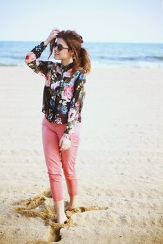 fe6765359ee1 floral button-up blouse + pink cropped trousers Colored Pants Outfits