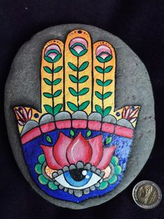 Painting stones: 101 ideas for a beautiful DIY decoration Rock Painting Patterns, Rock Painting Ideas Easy, Rock Painting Designs, Paint Designs, Pebble Painting, Dot Painting, Pebble Art, Stone Painting, Hamsa Painting