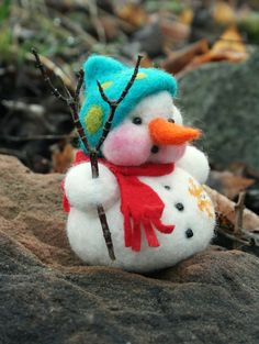 Snowman is made of sheep's wool and has been lovingly felted with the needle. Size: With hat about 9 cm Materials used: Sheep's wool, glass beads, felt, branch Needle Felted Animals, Felt Animals, Felt Christmas Ornaments, Christmas Crafts, Felt Snowman, Snowmen, Needle Felted Ornaments, Felt Angel, Needle Felting Tutorials