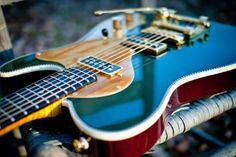 La magnifique #Atomic #Duo en #Cadillac #Green Atomic de chez #Red #Rocket #Guitars. Retrouvez des cours de #guitare d'un nouveau genre sur MyMusicTeacher.fr !