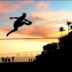 Trickando alto no finalzinho da tarde na Praia da Paciência, Salvador. @thalesalexandresk8  #slackclick #slackline #esporte #equilibrio #atleta #pordosol #slacklining
