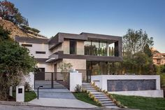 Michael Parks of MSP Design Development, aimed to create a house in which you were surrounded, inside and out, by warm, modern architecture that is art, but could also be lived in comfortably.
