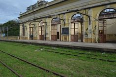 Estação Ferroviária de Paranaguá está em ruínas  Ordem judicial para restaurar prédio histórico não foi cumprida; apenas novos tapumes foram instalados