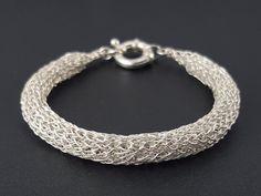 Crocheted tubular bracelet made of pure silver por SelwerJewelry