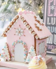 Gingerbread House Template, Cool Gingerbread Houses, Gingerbread House Parties, Christmas Gingerbread House, Noel Christmas, Pink Christmas, Christmas Desserts, Christmas Baking, Christmas Cookies
