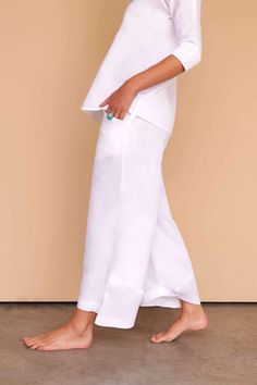 These cropped wide-leg white linen pants are simply chic and a must-have for your everyday luxe wardrobe. Fácil Blanco is proudly designed and tailored in Dubai from Italian linen. White Linen Trousers, Linen Suit, White Pants, White Jumper, Linen Beach Pants, Linen Pants, Plazzo Pants, Women's Pants, Jumper Suit