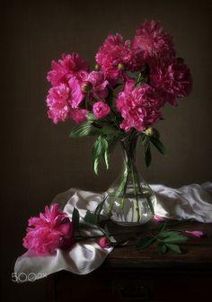 Have searched but unable to discover name of photographer to provide credit. Beautiful Flower Arrangements, Floral Arrangements, Beautiful Flowers, Art Floral, Good Morning Greeting Cards, Three Roses, Still Life Oil Painting, Oil Painting Flowers, Aesthetic Pastel Wallpaper
