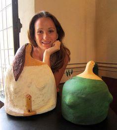 Carlotta Parisi - Ritratto con donne di cartaIo e le mie sculture alla mostra Dialoghi 2013
