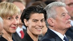 Die Publizistin Carolin Emcke sitzt zwischen ihrer Lebensgefährtin Silvia Fehrmann und Bundespräsident Joachim Gauck und lächelt. (picture-alliance / dpa / Arne Dedert)