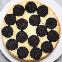 Upside Down Oreo Cheesecake – So delicious and super easy to make with only 6 simple ingredients: use GF sandwich cookies! Delicious Desserts, Yummy Food, Tasty, Desert Recipes, Love Food, Sweet Recipes, Baking Recipes, Food Porn, Food And Drink
