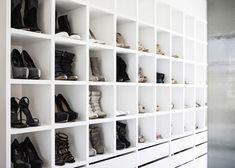 Stijlvol en strak, met de bekende Ikea Expedit kast eenvoudig te realiseren. Nu de schoenen nog, maar dat is voor menig vrouw geen probleem.