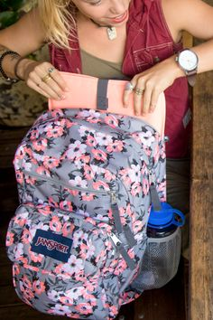 Protect what's important to you with the JanSport Digital Student. With a removeable 15 in laptop sleeve, dual water bottle pockets, and organizational storage throughout, this backpack is made to go everywhere.