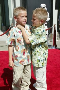 dylan and cole sprouse 2002 red carpet