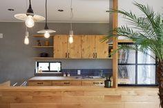 対面キッチンのカウンター壁面はオーク材を横貼りして仕上げました。 パイン材で造作した食器棚とカラーを合わせたことで、感じよくまとまっています。 また、食器棚の背面はモルタル仕上げに。 木とモルタルって、なかなかの好相性です。 #リビングインテリア #カフェ風インテリア #男前インテリア #木の家 #ゼスト倉敷 #ZEST倉敷 #岡山県 #注文住宅 #リノベーション #キッチン #kitchen #kitchendesign Rustic Pendant Lighting Kitchen, Farmhouse Kitchen Lighting, Dining Lighting, Living Room Lighting, Cafe Interior, Kitchen Interior, Sheet Metal Wall, Hanging Light Fixtures, Metal Wall Decor