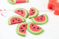 Die Wassermelone ist ja wohl das Sommerobst schlecht hin! Wir holen euch den Urlaub nach Hause und backen super leckere Melonen-Cookies.