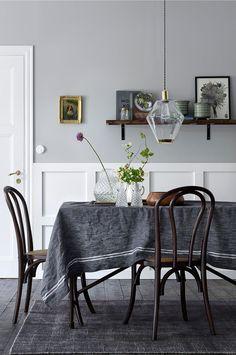 2 stolar av massiv alm med sits av vadderad rotting. Stolarna är stapelbara. Höjd 90 cm. Bredd 48 cm. Djup 54 cm. Sitthöjd 46 cm. Sittdjup 41 cm. Monterad.