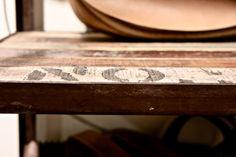 Houten deuren in India worden vaak rijkelijk versierd met houtsnijwerk. Dit snijwerk zie je ook weer terug in het hout dat is hergebruikt voor bijvoorbeeld nieuwe kastdeuren of houten tafels. Small Condo, New Homes, India, Table, Furniture, Home Decor, Goa India, Decoration Home, Room Decor