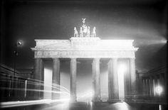 Das Brandenburger Tor in nächtlicher taghellen Festbeleuchtung am Tage der Eröffnung der Berliner Staatsoper Unter den Linden. Berlin, 1928. o.p.