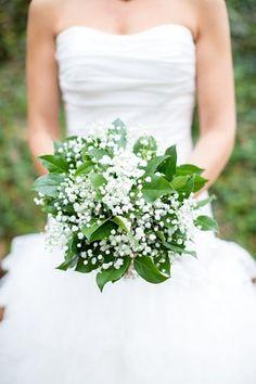 Morsiuskimppu valkoisista harsokukista, lisänä kauden vihreää.