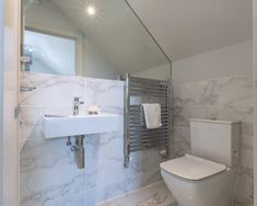 White marble-looks with soft grey veins, wash over the walls of this simple yet stylish En Suite. Minoli Crystal White Bianco ceramic wall tiles also come with matching floor tiles. The Crystal collection is a Minoli Stock Item. White Subway Tile Bathroom, White Marble Bathrooms, White Tiles, Marble Look Tile, Stone Look Tile, Room Tiles, Ceramic Wall Tiles, Crystal Collection, Core Collection