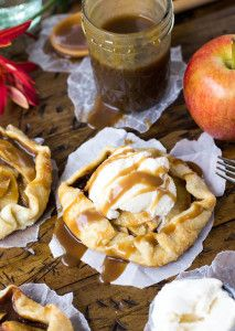 Mini Apple Caramel Galettes Elegantly simple and beautifully rustic, these mini caramel apple galettes are the perfectly petite alternative to a typical apple pie. Apple Desserts, Mini Desserts, Apple Recipes, Easy Desserts, Fall Recipes, Snack Recipes, Dessert Recipes, Dinner Recipes, Vegan Recipes