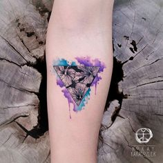 Tatuagem criada por KORAY KARAGÖZLER da Turquia.    Triangulo com aquarela.