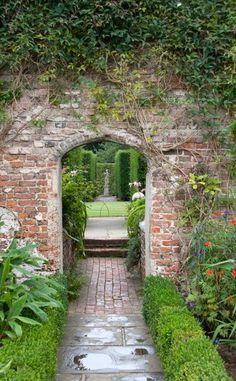 11 Ideas to Steal for a Moonlight Garden – Gardenista A dramatic entrance to a garden room at Sissinghurst Castle. Photograph by Tony Hisgett via Wikimedia. For more, see 10 Garden Ideas to Steal from Vita Sackville-West at Sissinghurst Castle. Garden Entrance, Garden Gates, Garden Shrubs, Garden Landscaping, Sissinghurst Garden, Vita Sackville West, The Secret Garden, Walled Garden, Garden Cottage