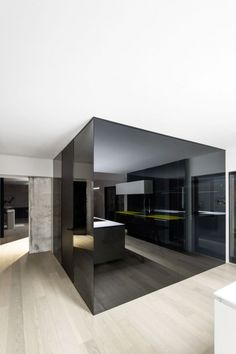 Ideen zur Raumgestaltung im minimalistischen Stil mit verspiegelnden Oberflächen