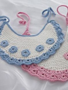 Make These Gorgeous Crochet Baby Bibs: FREE crochet pattern Crochet Baby Bibs, Bag Crochet, Crochet Baby Clothes, Love Crochet, Crochet For Kids, Crochet Crafts, Baby Knitting, Crochet Projects, Bib Pattern
