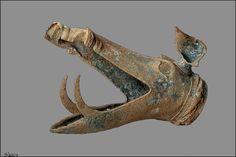 Tête de sanglier en bronze moulé avec une oreille. Interprété comme un pavillon de carnyx (trompette de guerre), il lui manque l'extrémité de la machoire supérieure , Tintignac Corrèze...