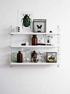 String pocket styling by Lotta Agaton's class (Various wall deco) Black And White Interior, White Interior Design, Interior Styling, Interior Decorating, Decoration Bedroom, Room Decor, String Pocket, String Regal, String Shelf