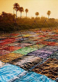 Sari teñidos para la venta en la India.